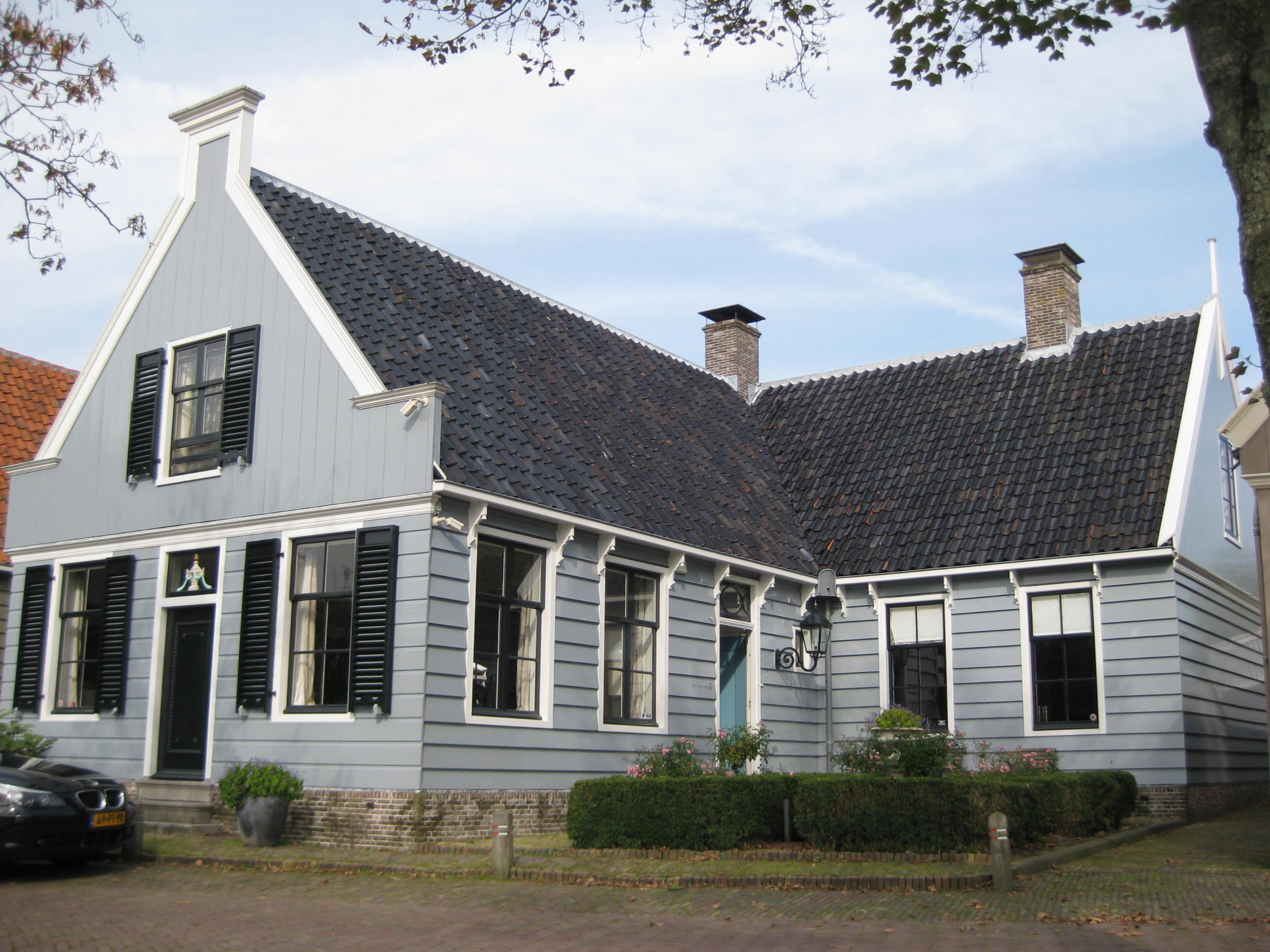 Houten huis met l vormige plattegrond in broek in waterland monument for Hout huis