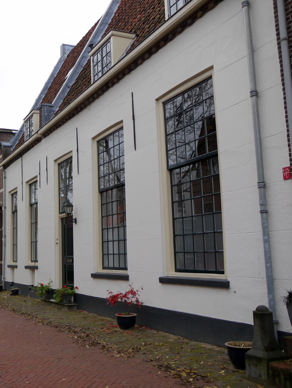 Huis met gepleisterde lage gevel ramen deels met oude roedenverdeling in ijsselstein monument - Oude huis gevel ...