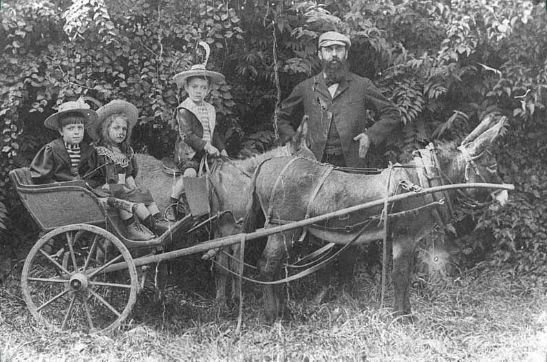 File:Herzl with daughters.jpg