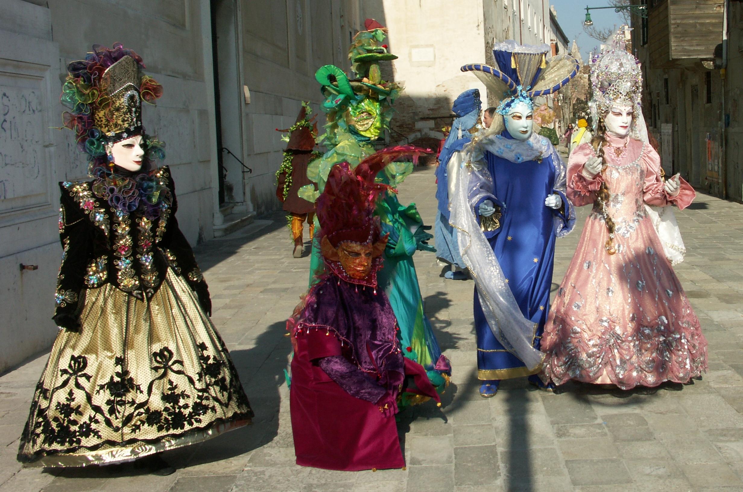 http://upload.wikimedia.org/wikipedia/commons/2/28/Maschere_carnevale_venezia.JPG