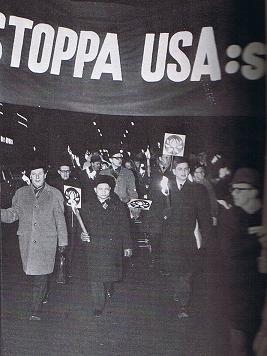 Svenska: Olof Palme demonstrerar mot Vietnamkr...