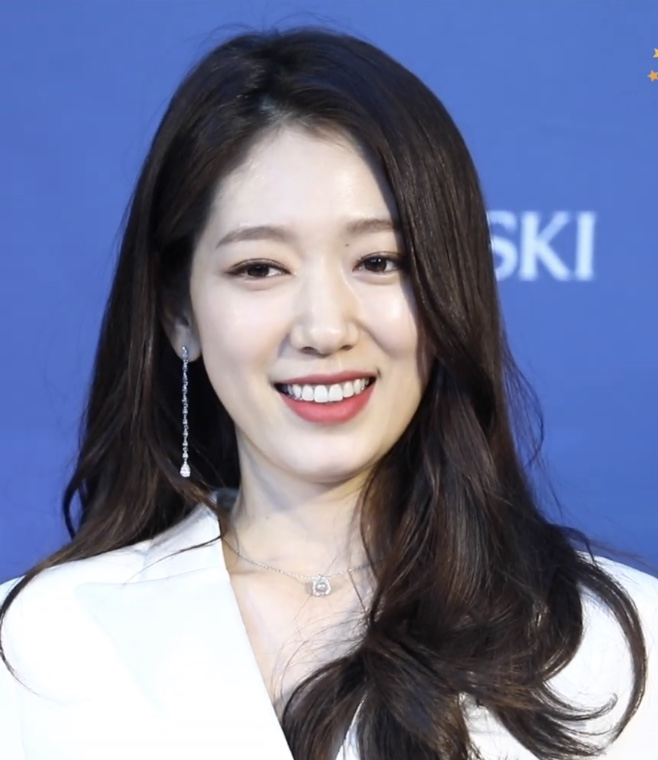The 30-year old daughter of father (?) and mother(?) JiHye Park in 2021 photo. JiHye Park earned a  million dollar salary - leaving the net worth at 1.1 million in 2021