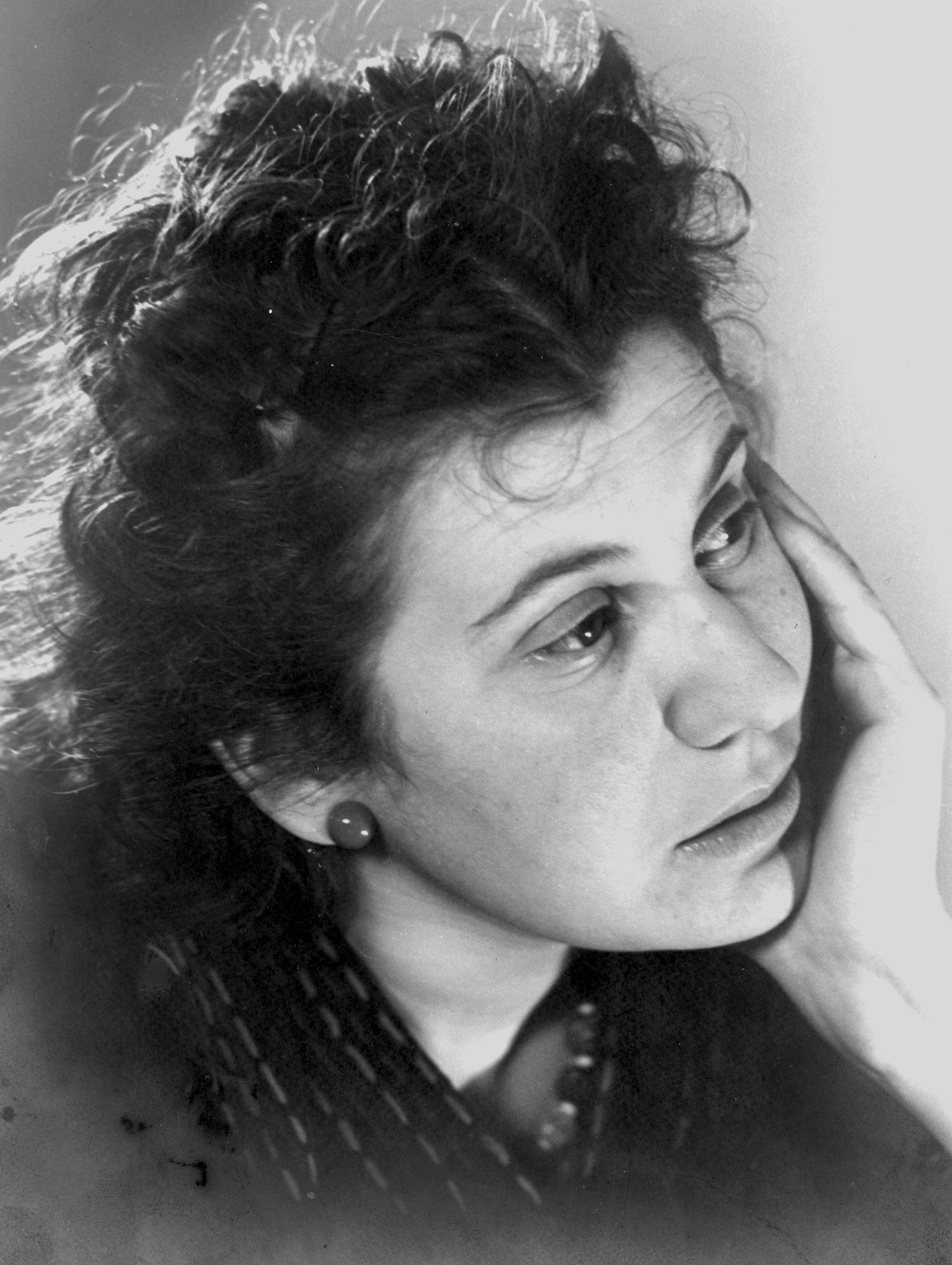 File:Portretfoto van Etty Hillesum met hand onder haar kin, circa ...