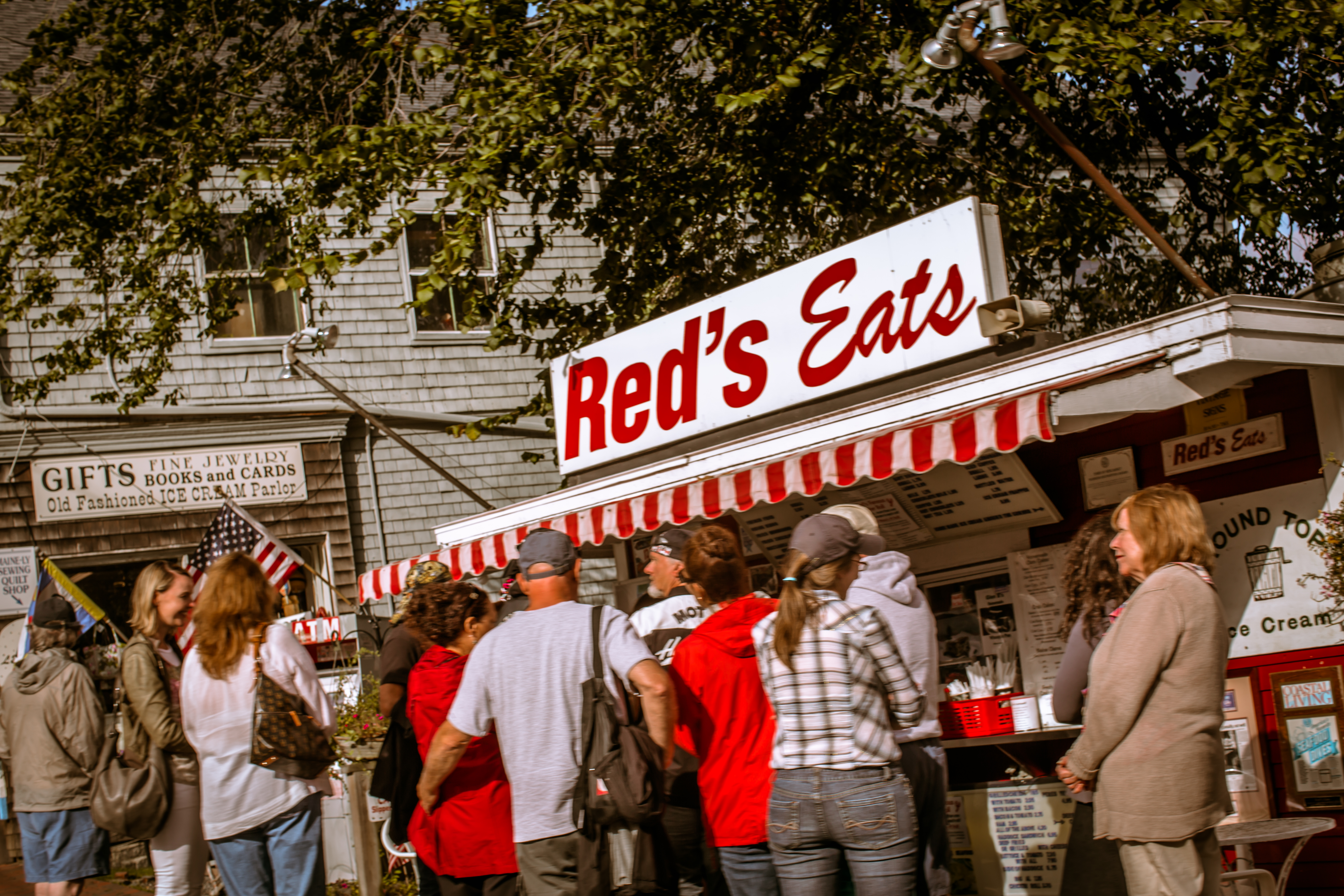http://upload.wikimedia.org/wikipedia/commons/2/28/Red%27s_Eats,_Wiscasset,_Maine,_USA_2012.jpg