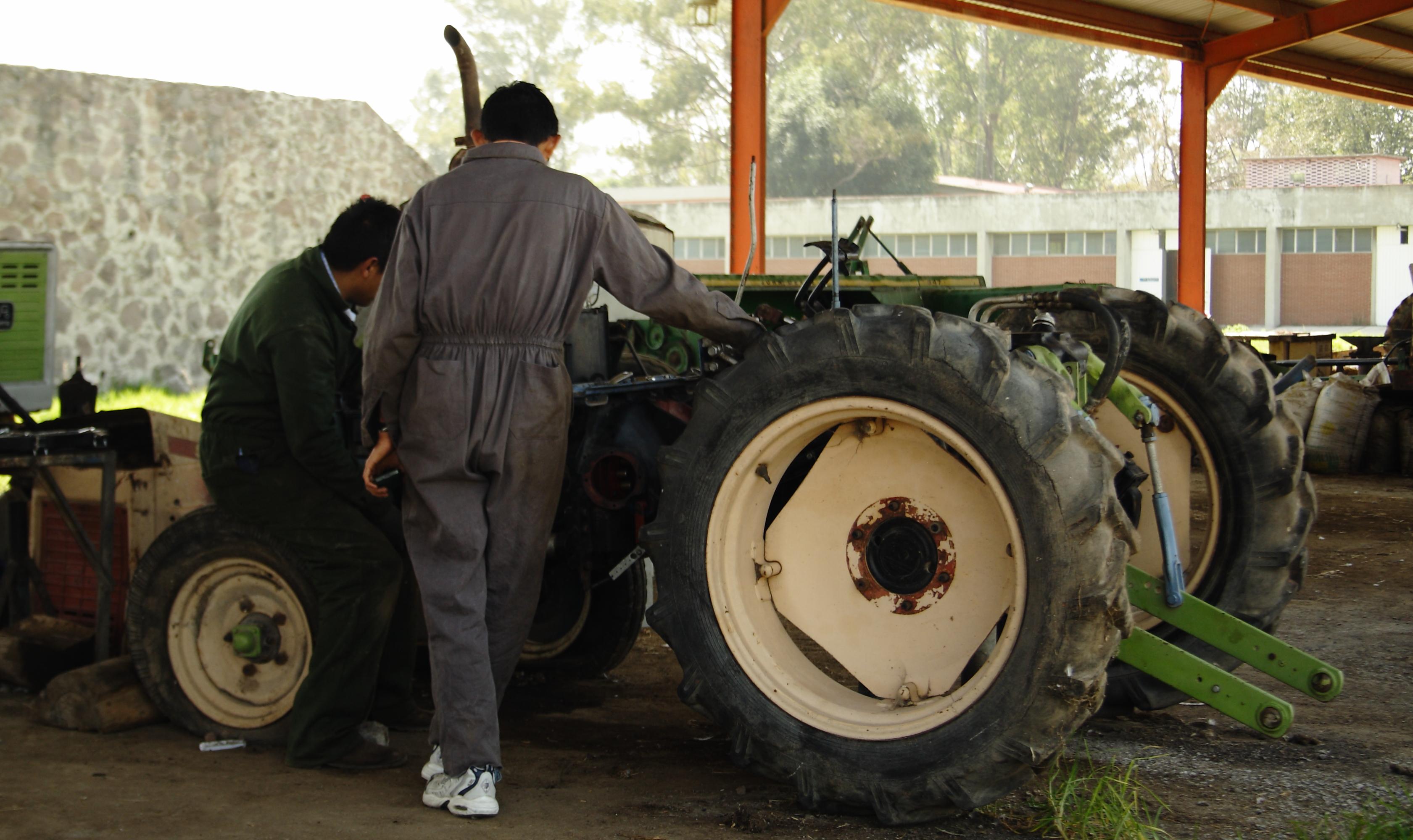 Archivo:Reparación de tractor.JPG - Wikipedia, la enciclopedia libre