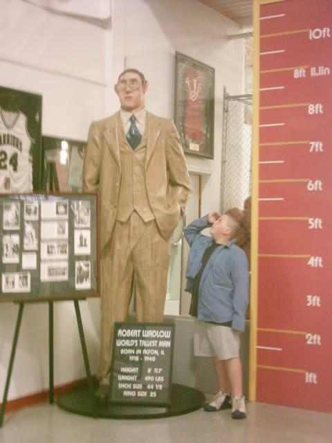 File:Robert Wadlow, World's Tallest Man Statue.jpg - Wikimedia Commons
