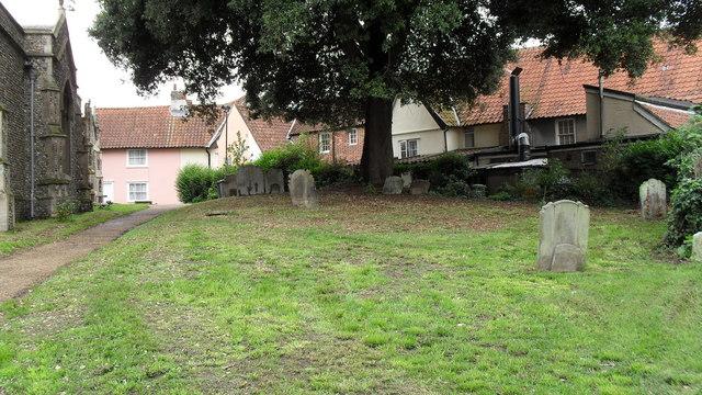 St Mary, Halesworth, churchyard - geograph.org.uk - 2047806