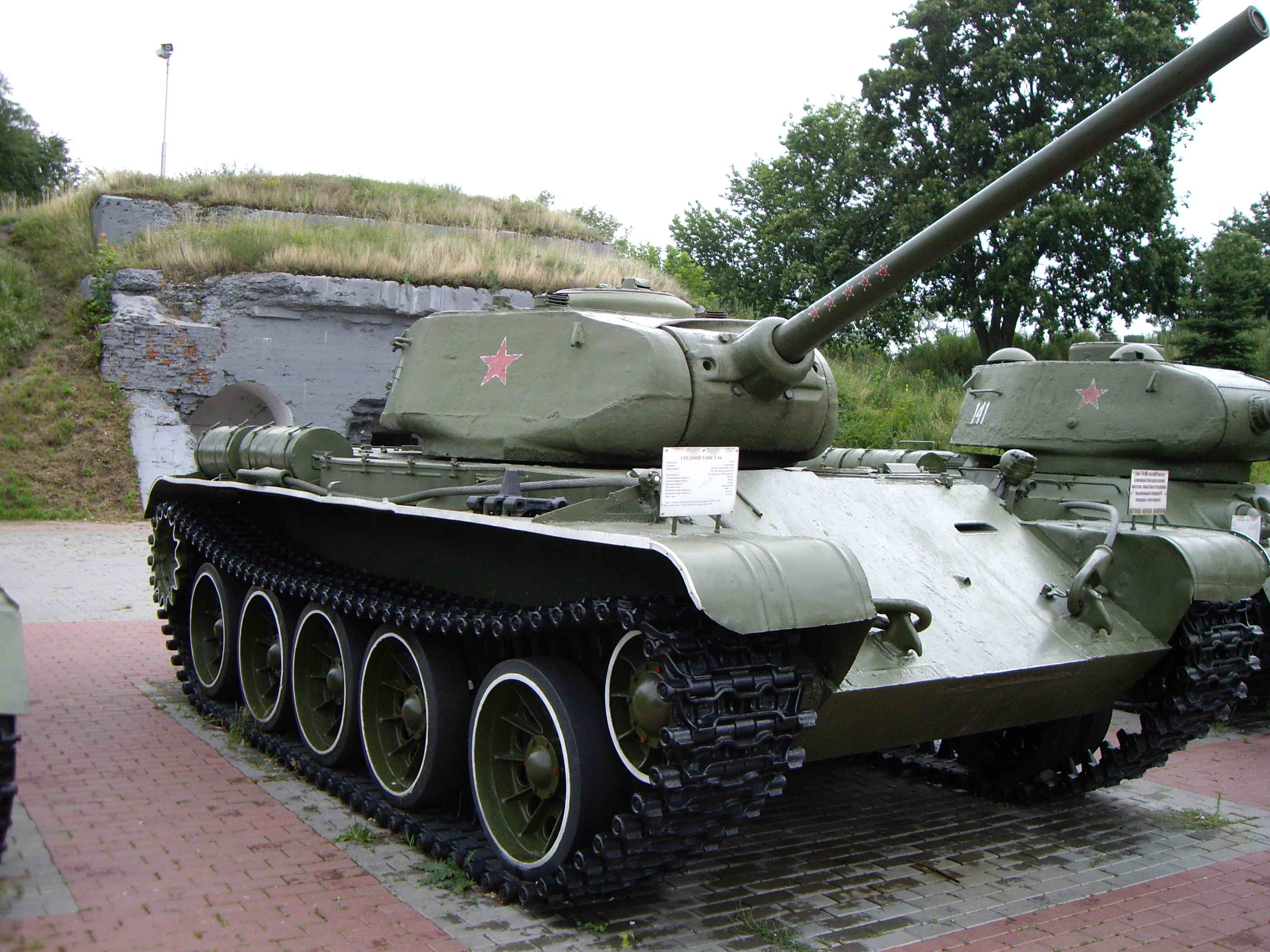 http://upload.wikimedia.org/wikipedia/commons/2/28/T-44.jpg