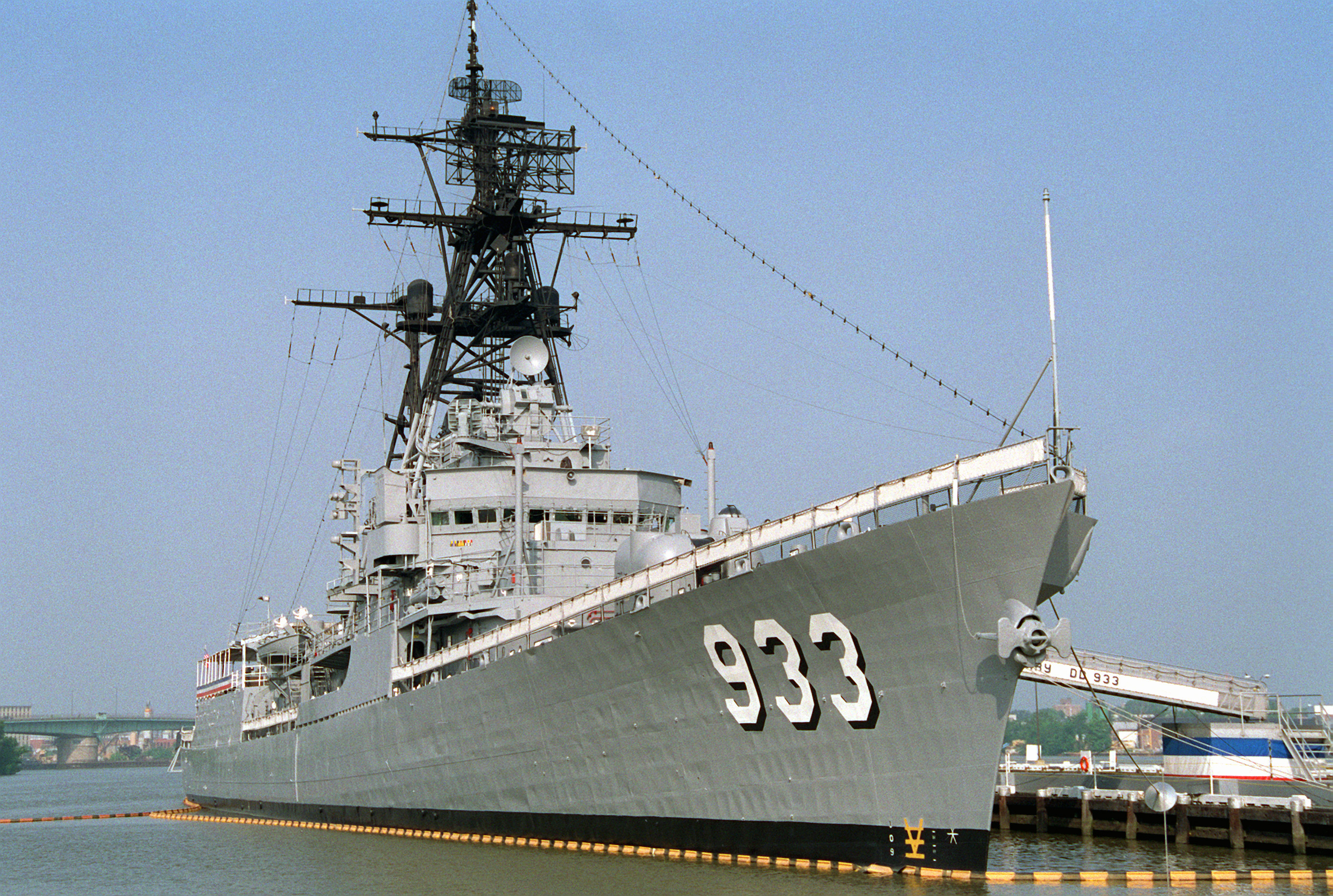 File:USS Barry (DD-933) at Washington Navy Yard in 1994.