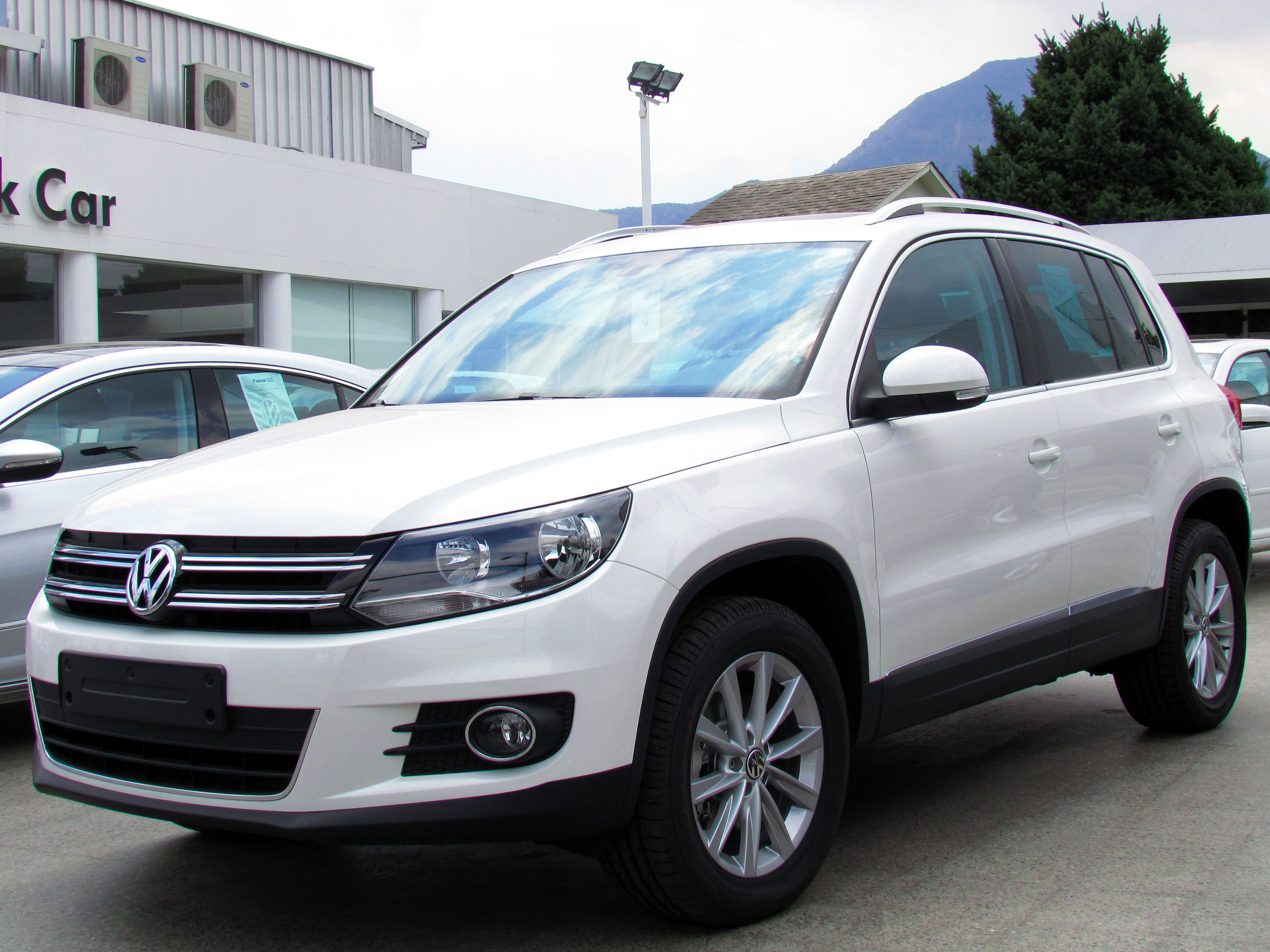 file volkswagen tiguan 2 0 tsi highline 4motion 2012 16717188683 jpg wikimedia commons. Black Bedroom Furniture Sets. Home Design Ideas