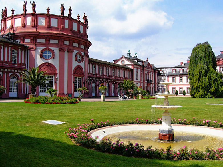 http://upload.wikimedia.org/wikipedia/commons/2/28/Wiesbaden-biebrich-schloss.jpg