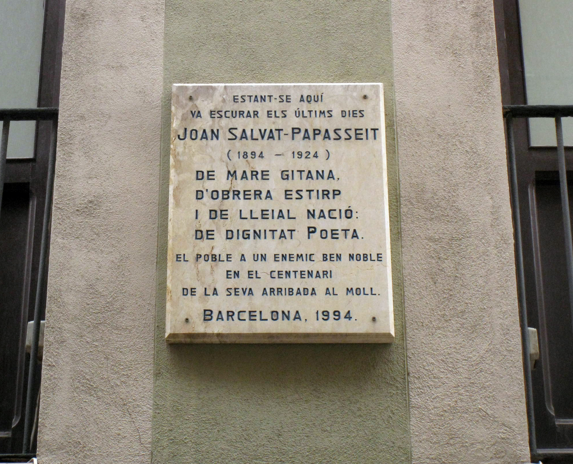 Placa en Barcelona recordando a Salvat-Papasseit
