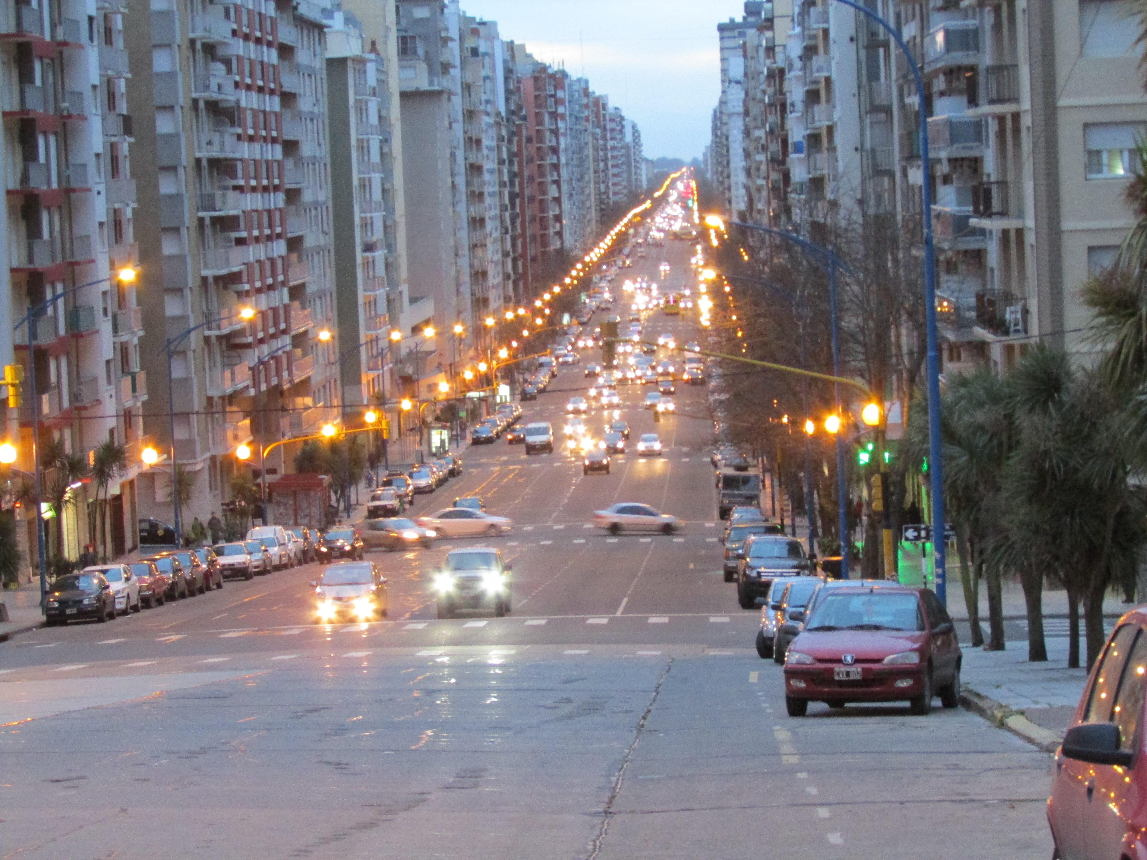 File:Avenida Colón en Mar del Plata al atardecer.jpg ...