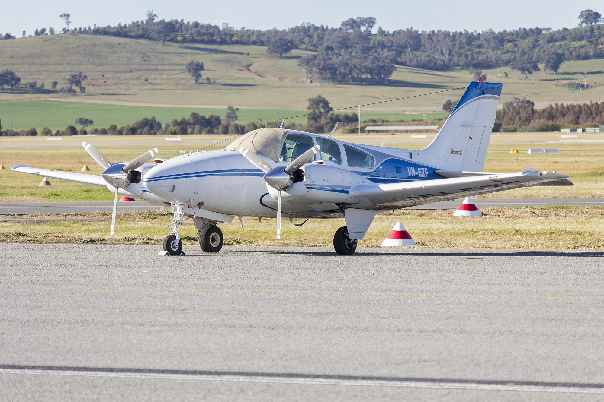 File:Broken Hill Aviation (VH-EZF) Beechcraft E55 Baron at Wagga Wagga