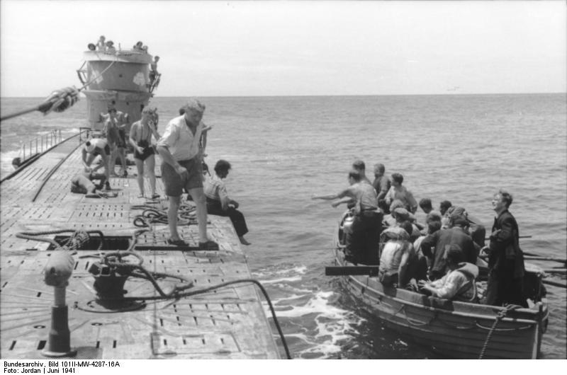... Bild 101II-MW-4287-16A, U-Boot U-107 in See, Rettungsboot.jpg