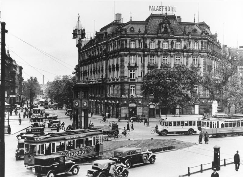 Potsdamer Platz, Bundesarchiv, Bild 146-1998-012-36A / CC-BY-SA 3.0 [CC BY-SA 3.0 de (https://creativecommons.org/licenses/by-sa/3.0/de/deed.en)], via Wikimedia Commons