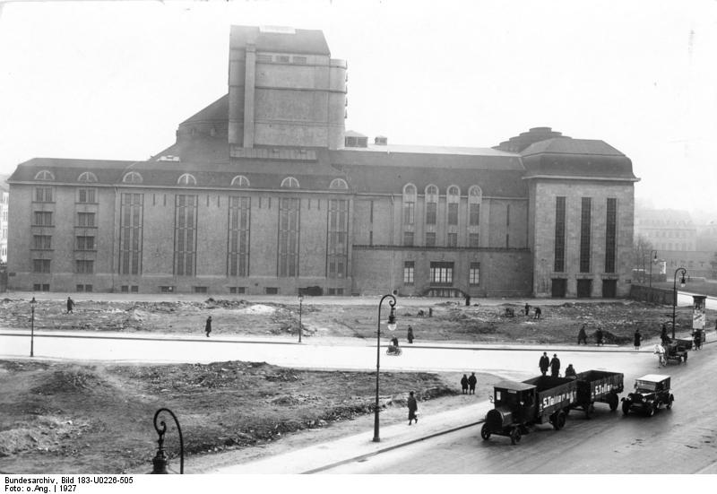Volksbühne Bundesarchiv, Bild 183-U0226-505 / CC-BY-SA 3.0 [CC BY-SA 3.0 de (https://creativecommons.org/licenses/by-sa/3.0/de/deed.en)], via Wikimedia Commons