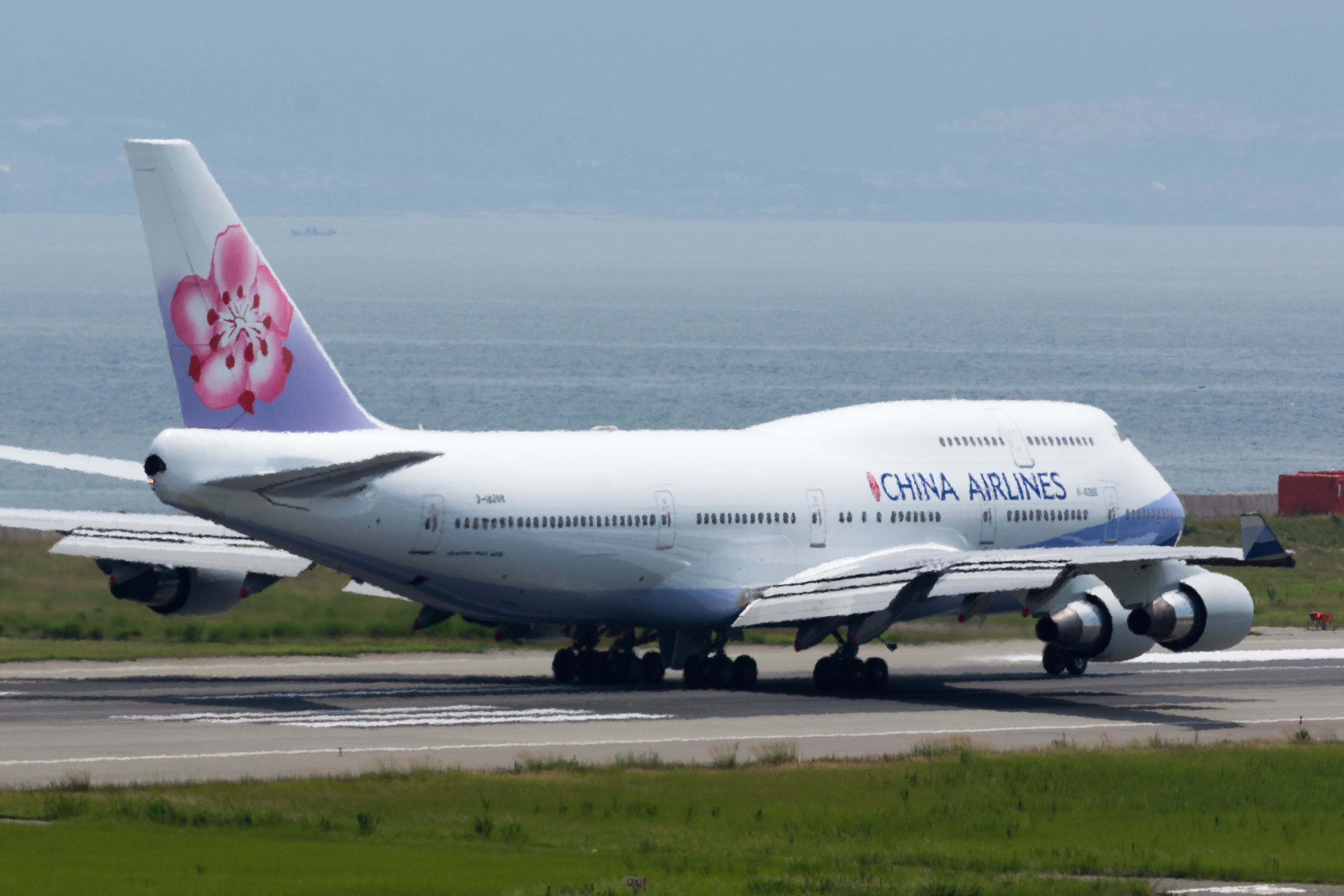 File:China Airlines, B747-400, B-18208 (19400111602).
