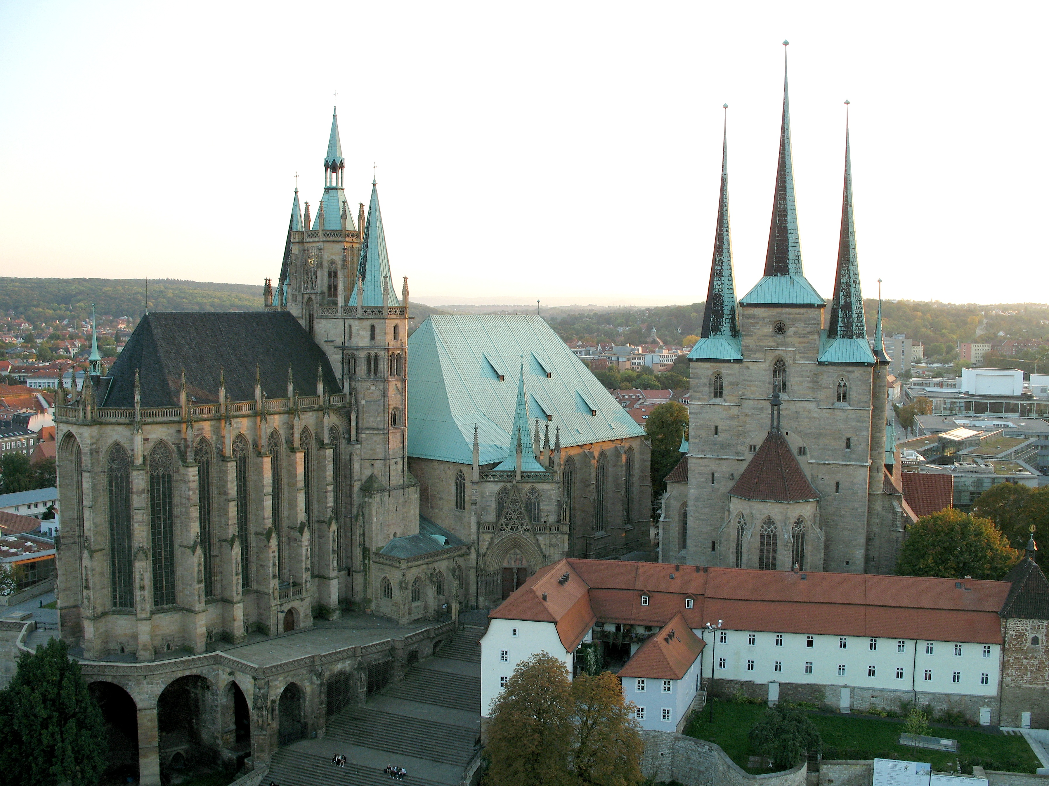 http://upload.wikimedia.org/wikipedia/commons/2/29/Erfurt_cathedral_and_severi_church.jpg