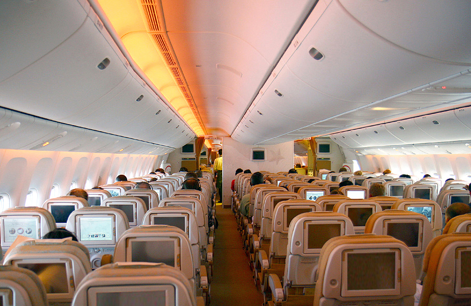 File etihad airways boeing 777 3fxer coral for Interieur boeing 777