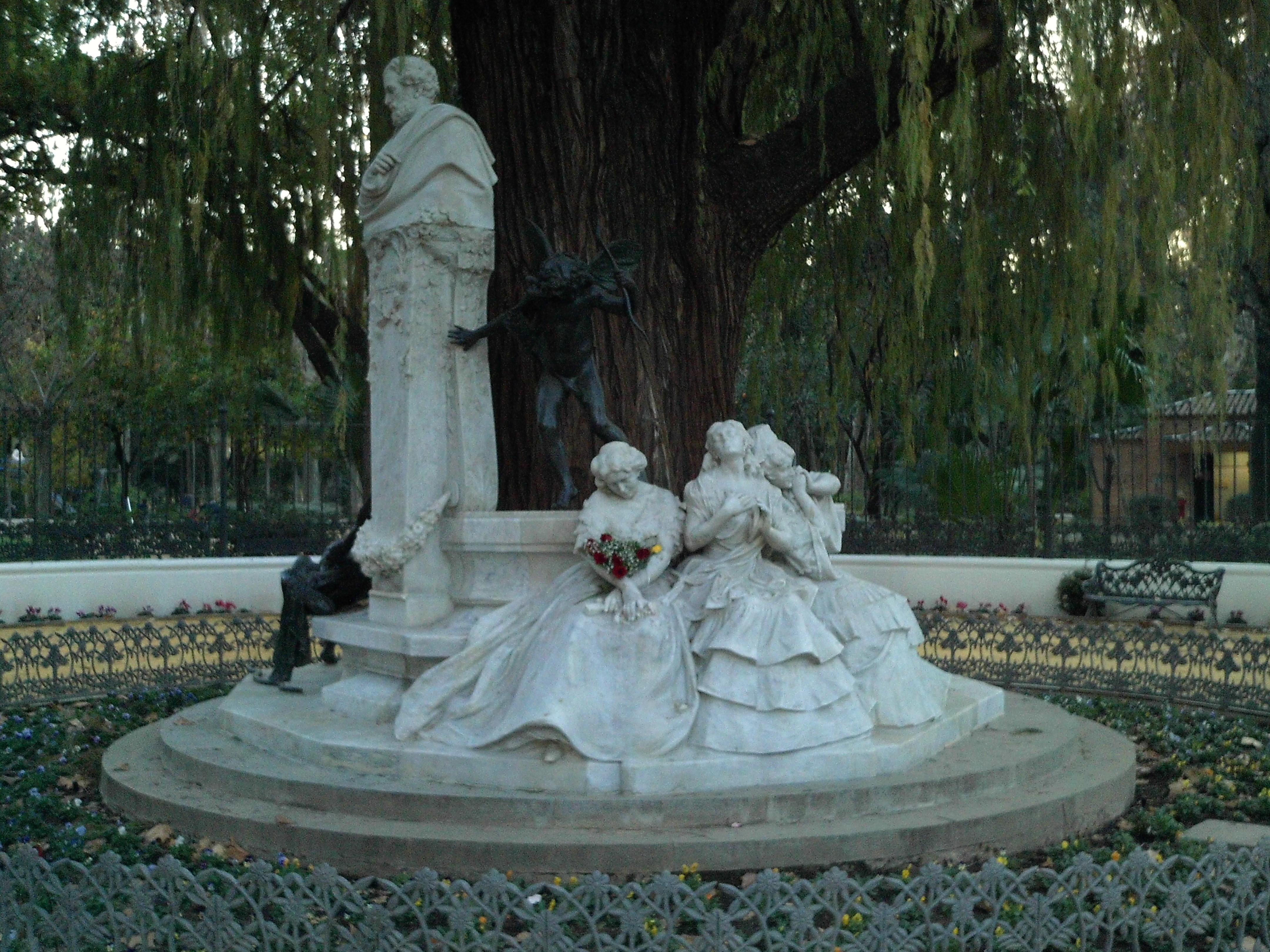 Monumento en la glorieta de Bécquer, en el parque de María Luisa, obra de los escultores Collault y Talavera.