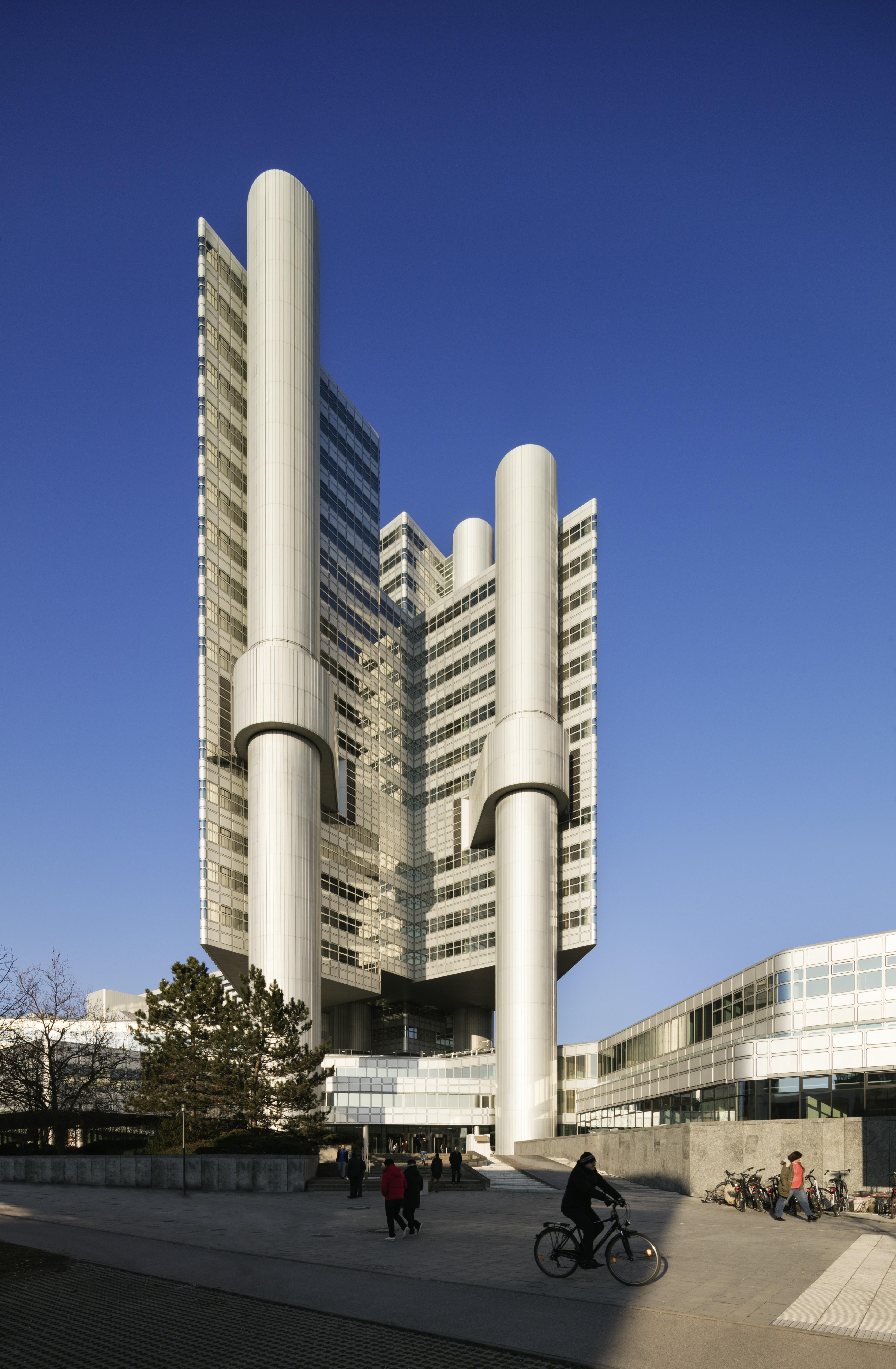 https://upload.wikimedia.org/wikipedia/commons/2/29/HVB-Tower_in_M%C3%BCnchen.jpg