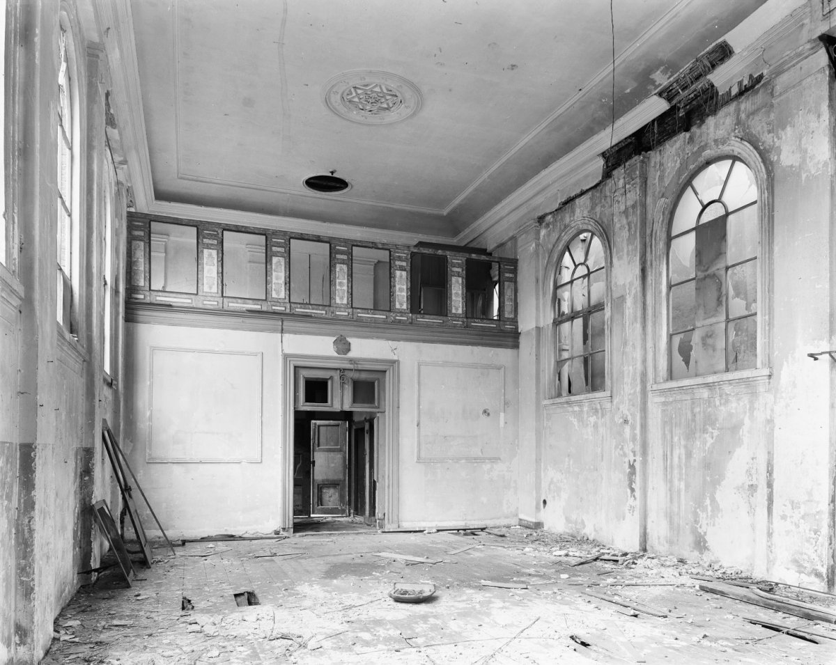 File het vervallen interieur van de voormalige synagoge te - Makers van het interieur ...