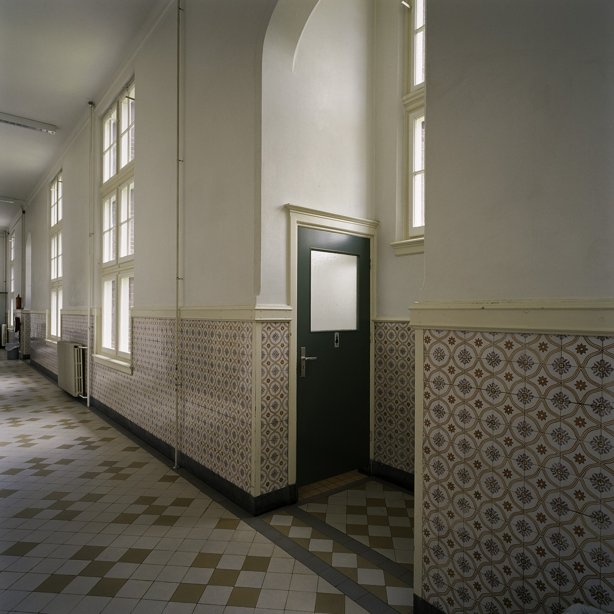 File interieur overzicht van een gang met toiletnis en met een lambrisering van geglazuurde - Deco van de gang ...