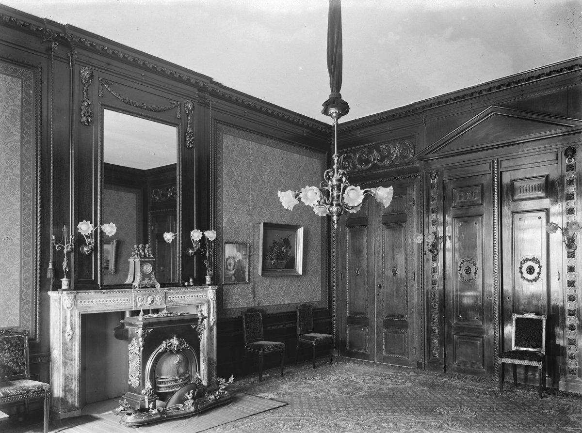 File interieur salon met schoorsteenmantel schouw en for Interieur haarlem
