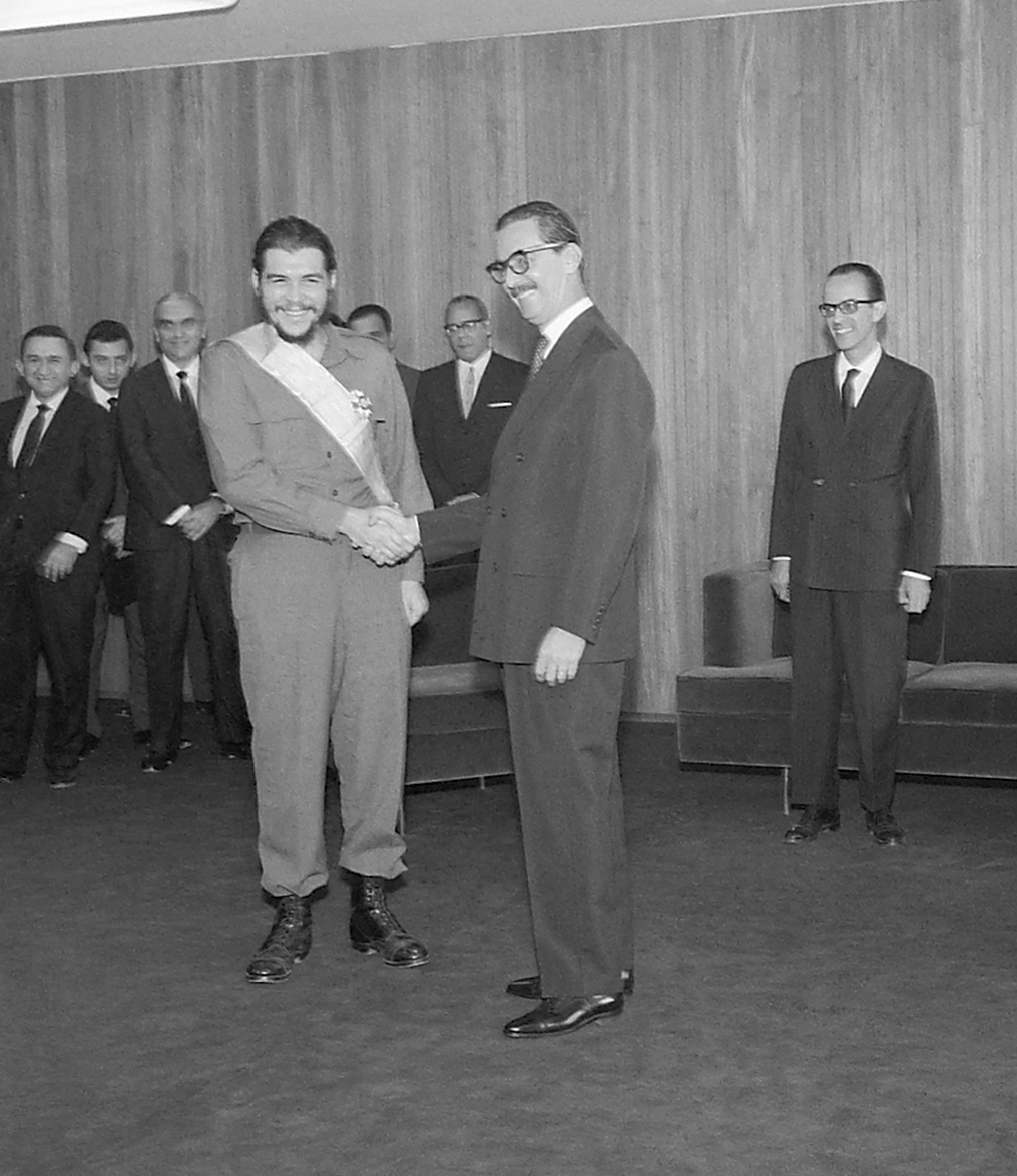 El Presidente Brasileño Jânio Quadros condecorando a Ernesto Guevara con la Orden del Cruzeiro del Sur, 1961. Archivo Nacional del Brasil.