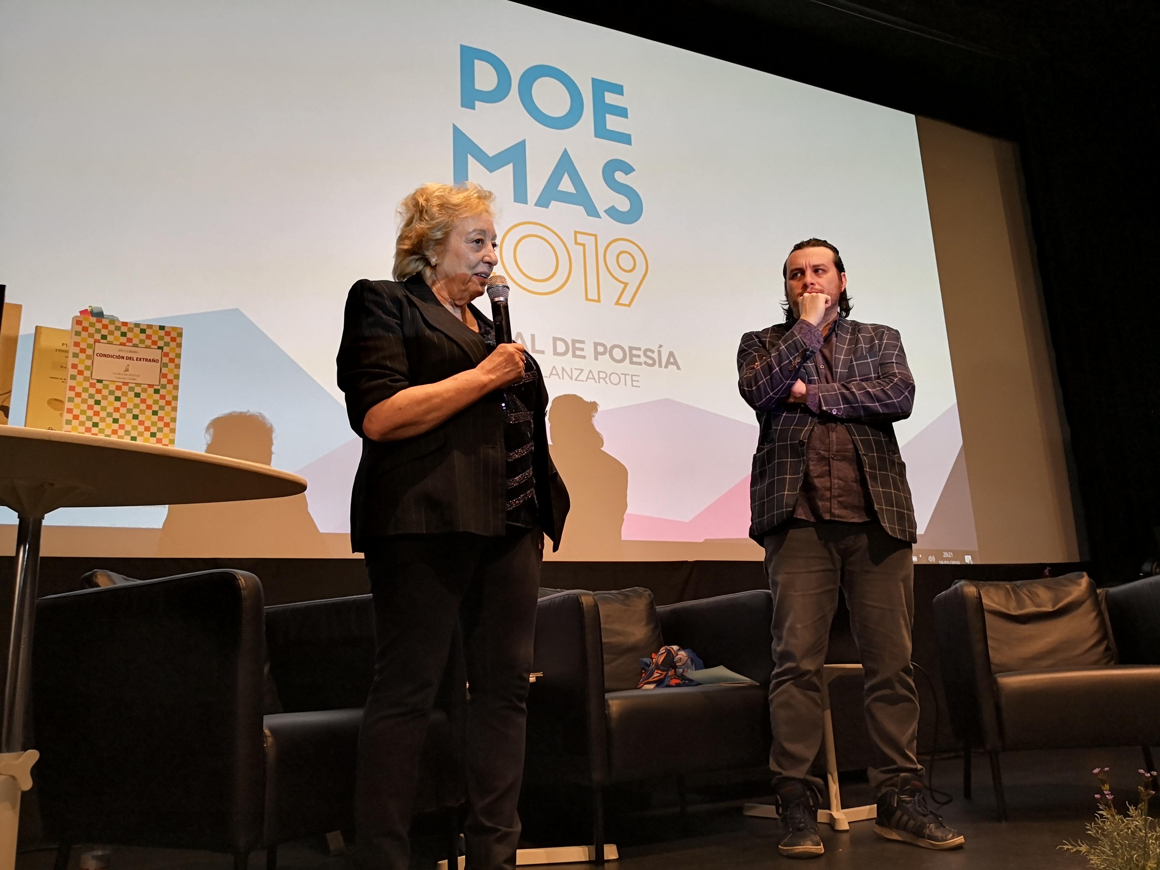 José Manuel Díez con Efi Cubero en el escenario del Festival de Poesía de Lanzarote 2019