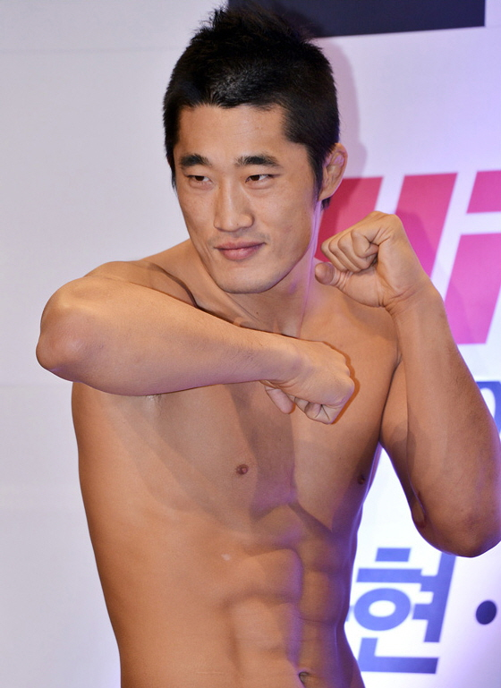 Kim_Dong-Hyun_(fighter)_from_acrofan.jpg