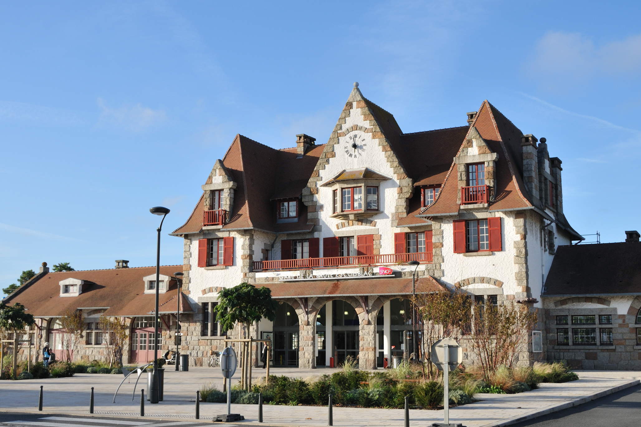 http://upload.wikimedia.org/wikipedia/commons/2/29/La_Baule-Escoublac_gare_1.jpg