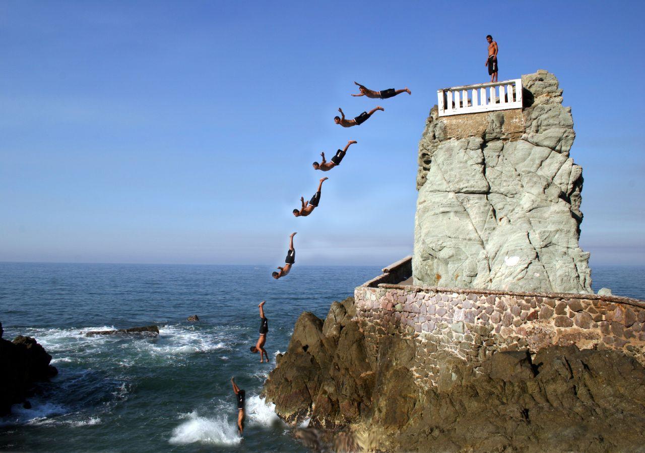 File mazatlan diver - The cliff dive ...