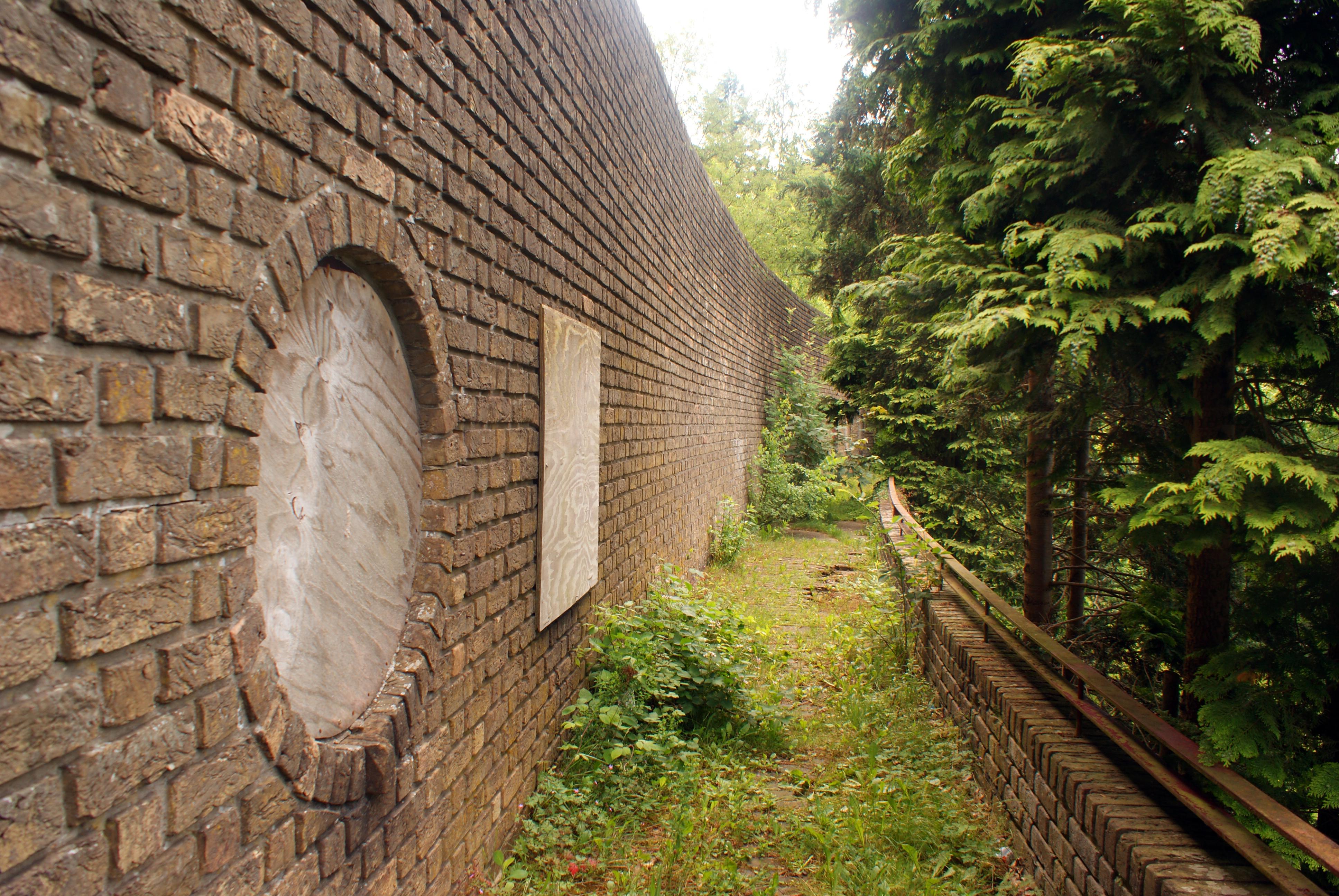 File muur van mussert 5 jpg wikimedia commons - Muur van de ingang ...