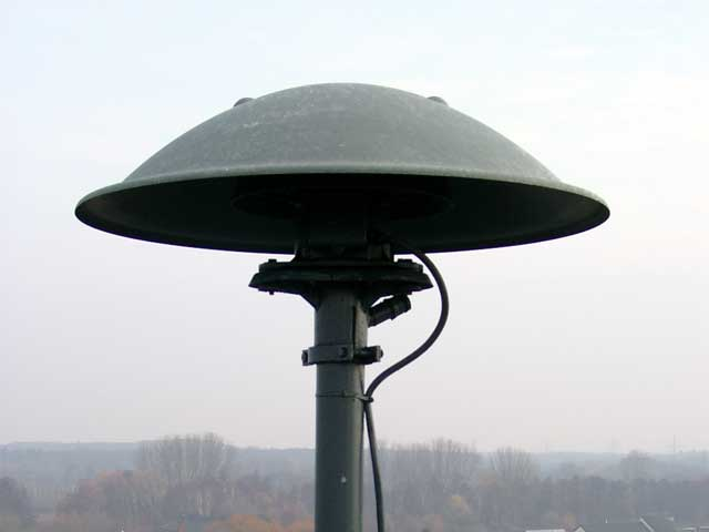 https://upload.wikimedia.org/wikipedia/commons/2/29/Pneumatic_siren.jpg
