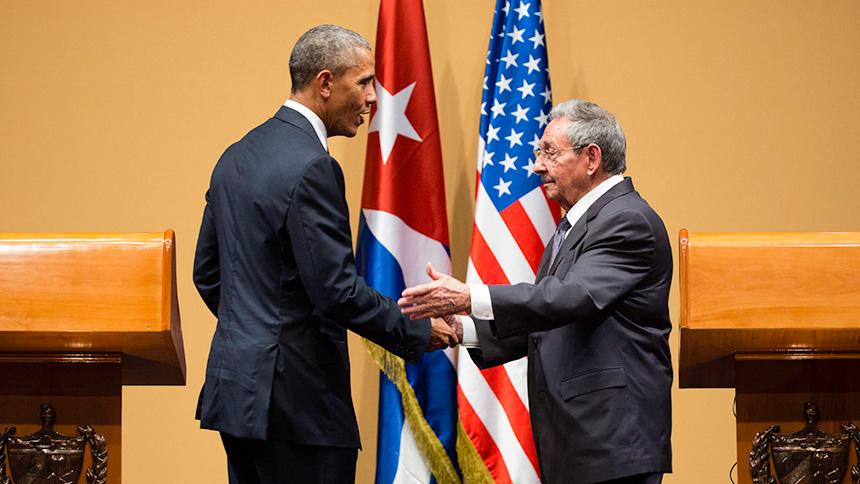 Barack Obama und Raul Castro bei der gemeinsamen Pressekonferenz 2016 in Havanna | Bildquelle: https://de.wikipedia.org/wiki/Beziehungen_zwischen_Kuba_und_den_Vereinigten_Staaten#/media/Datei:Press_conference,_Havana.jpg © Gemeinfrei | Bilder sind in der Regel urheberrechtlich geschützt