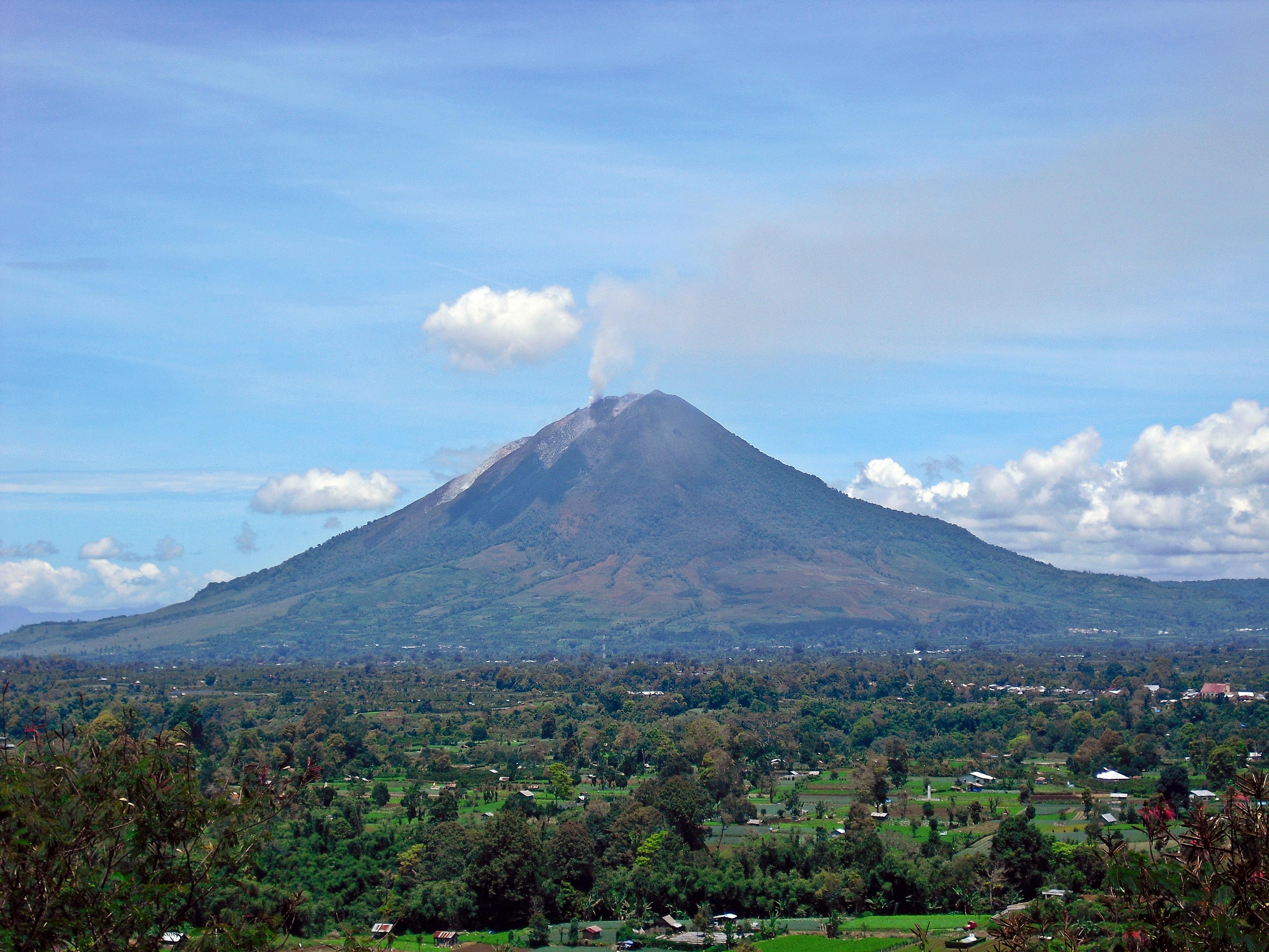 gunung sinabung dilihat dari gundaling pada 13 september 2010