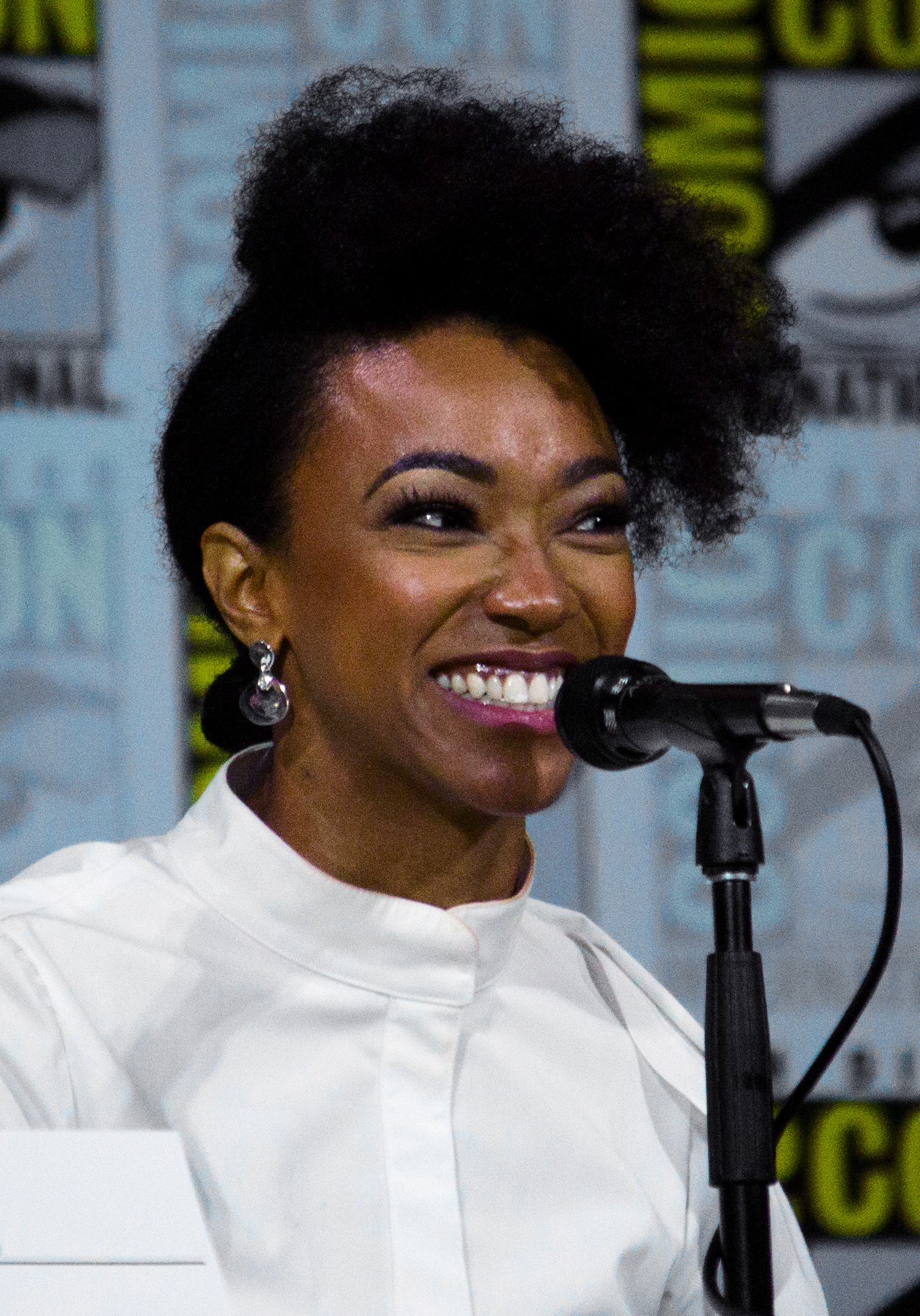 The 33-year old daughter of father (?) and mother(?) Sonequa Martin-Green in 2018 photo. Sonequa Martin-Green earned a  million dollar salary - leaving the net worth at 1 million in 2018