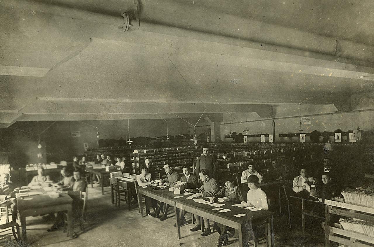 Ufficio Wikipedia : File:ufficio postale. donne e uomini al lavoro u2013 emilia romagna.jpg