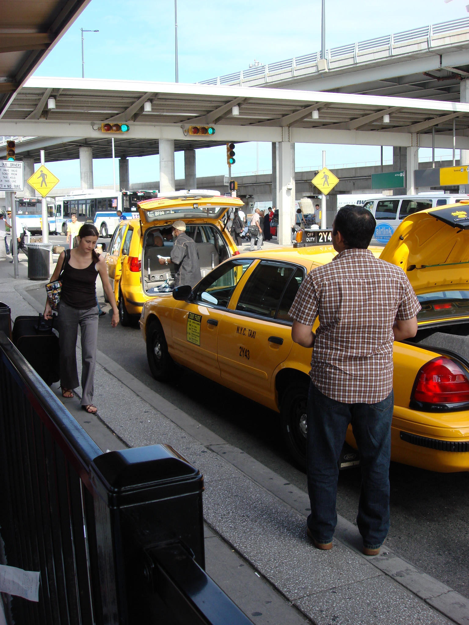 Waiting for a Taxi (JFK Airport - New York).jpg