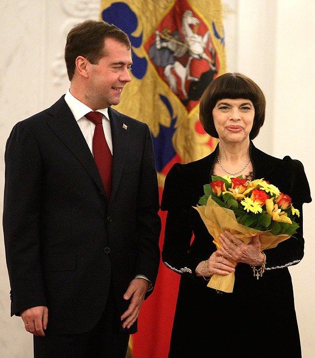 Dimitry Medvedev et la chanteuse française Mireille Mathieu lors d'une réception à l'occasion de la célébration de la Journée de l'unité nationale. Mathieu a reçu des prix d'État de la Fédération de Russie pour sa contribution au renforcement de l'amitié, de la coopération et des liens culturels avec la Russie | Source : Wikimedia Commons.