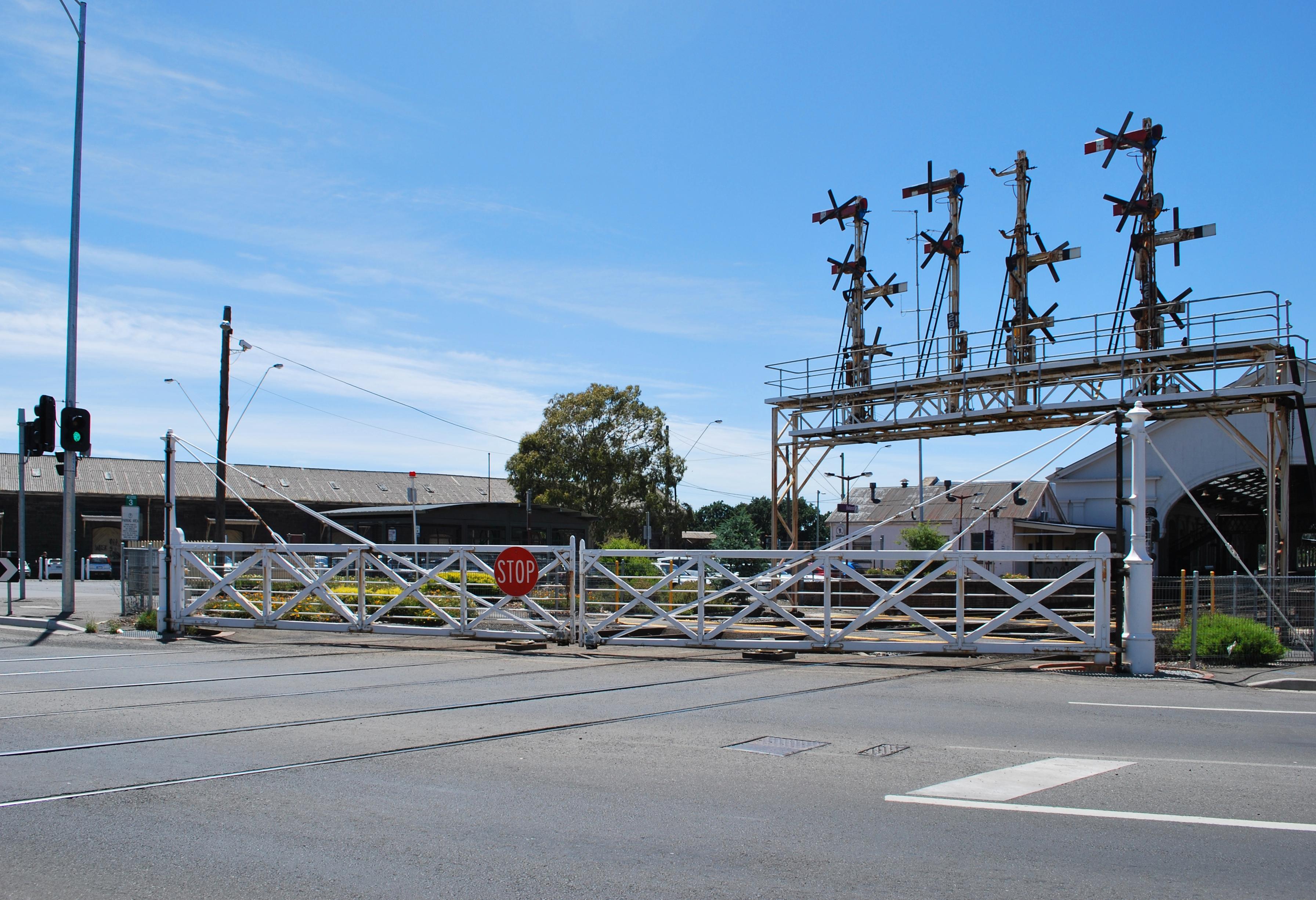 File Ballarat Rail Crossing Gates 001 Jpg Wikimedia Commons