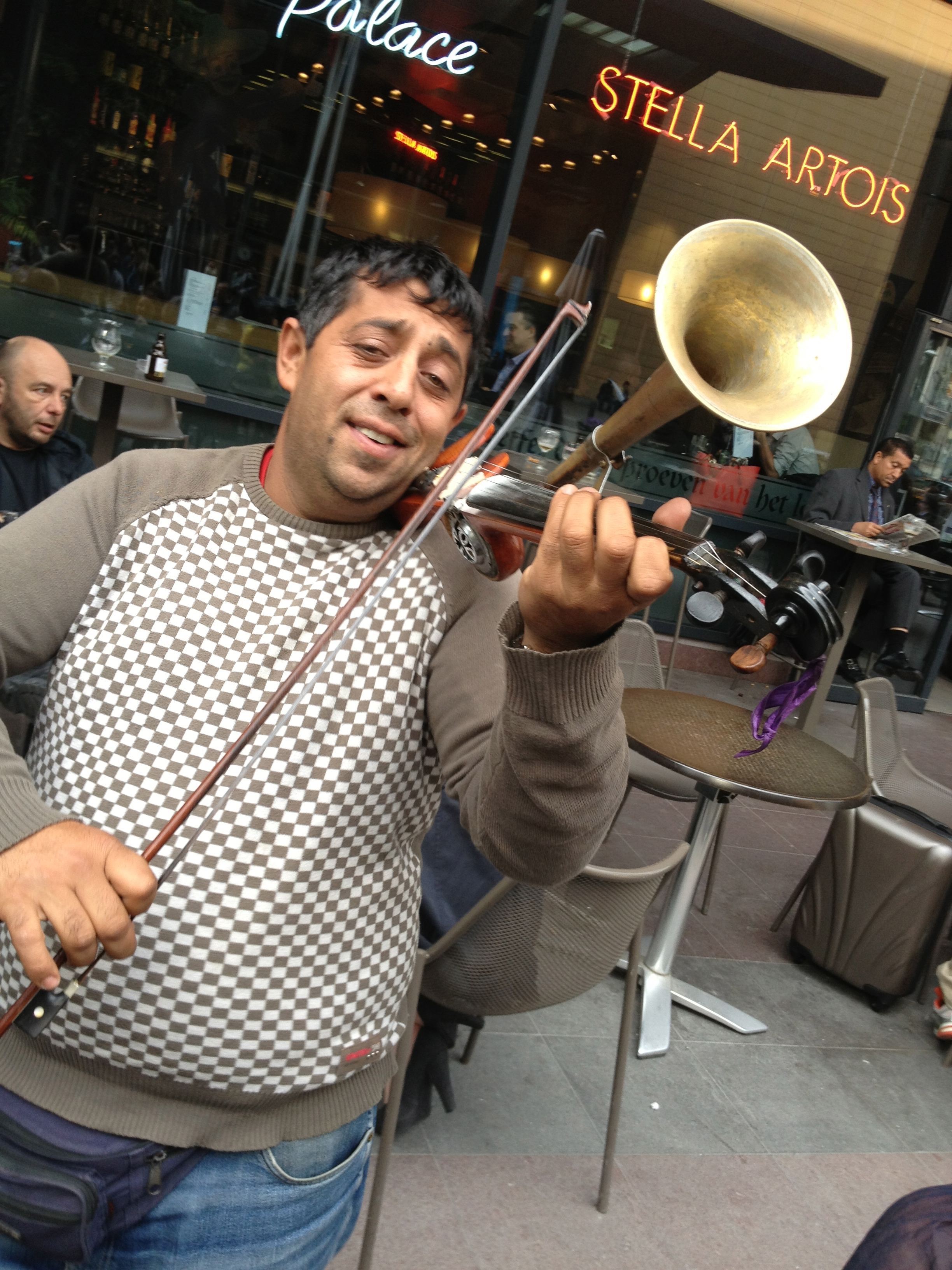 File:Busker playing a stroh violin, Brussel Midi train station jpg
