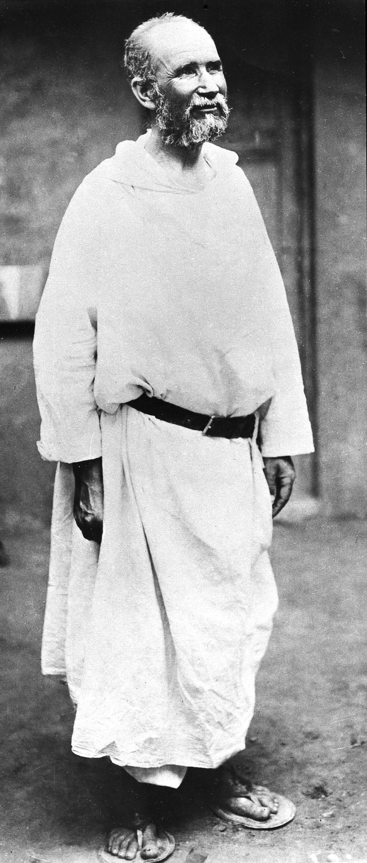 https://upload.wikimedia.org/wikipedia/commons/2/2a/Charles_de_Foucauld_%281858-1916%29_-_Last_living_photo.jpg