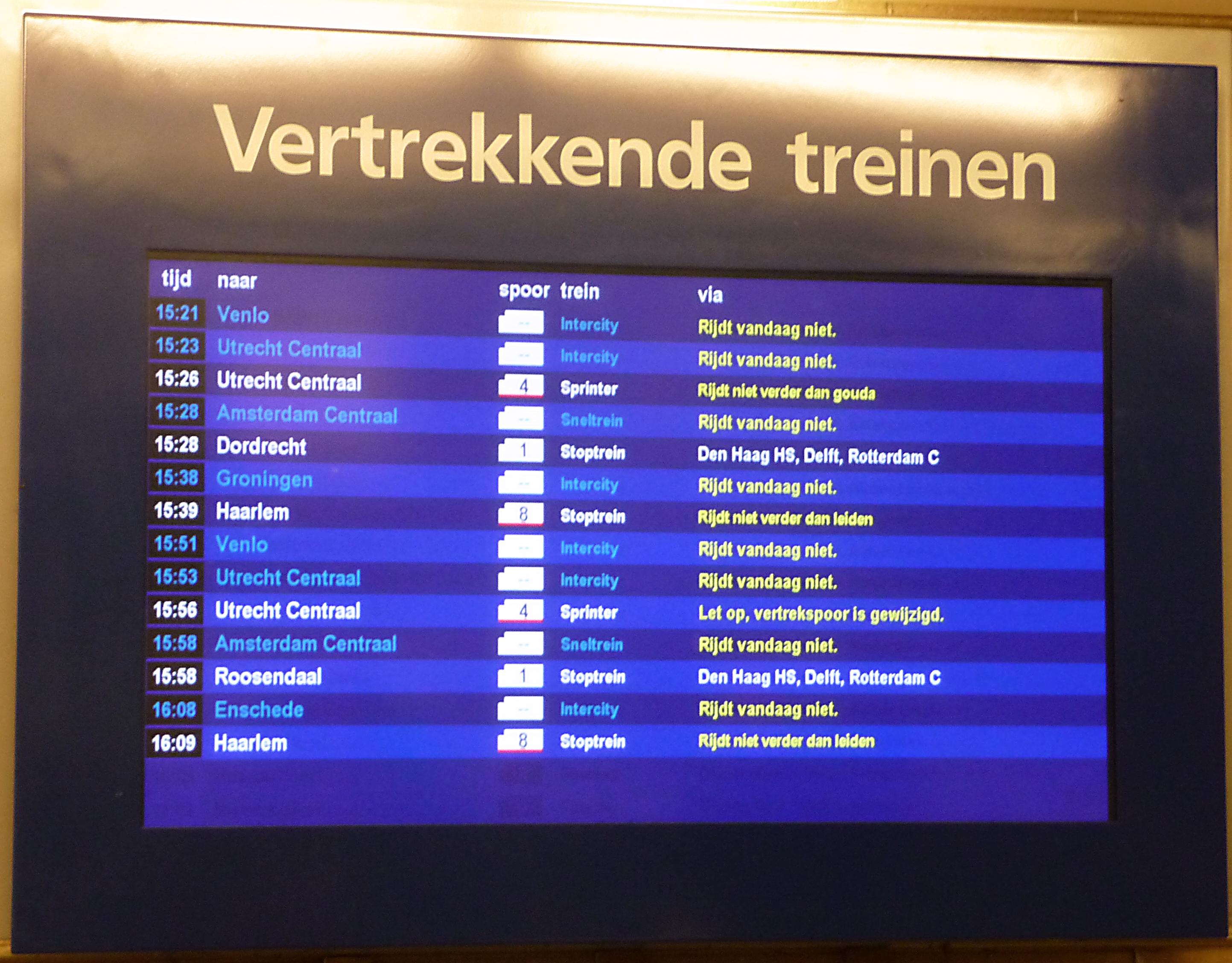 File:DRIS NS vertrekkende treinen.jpg