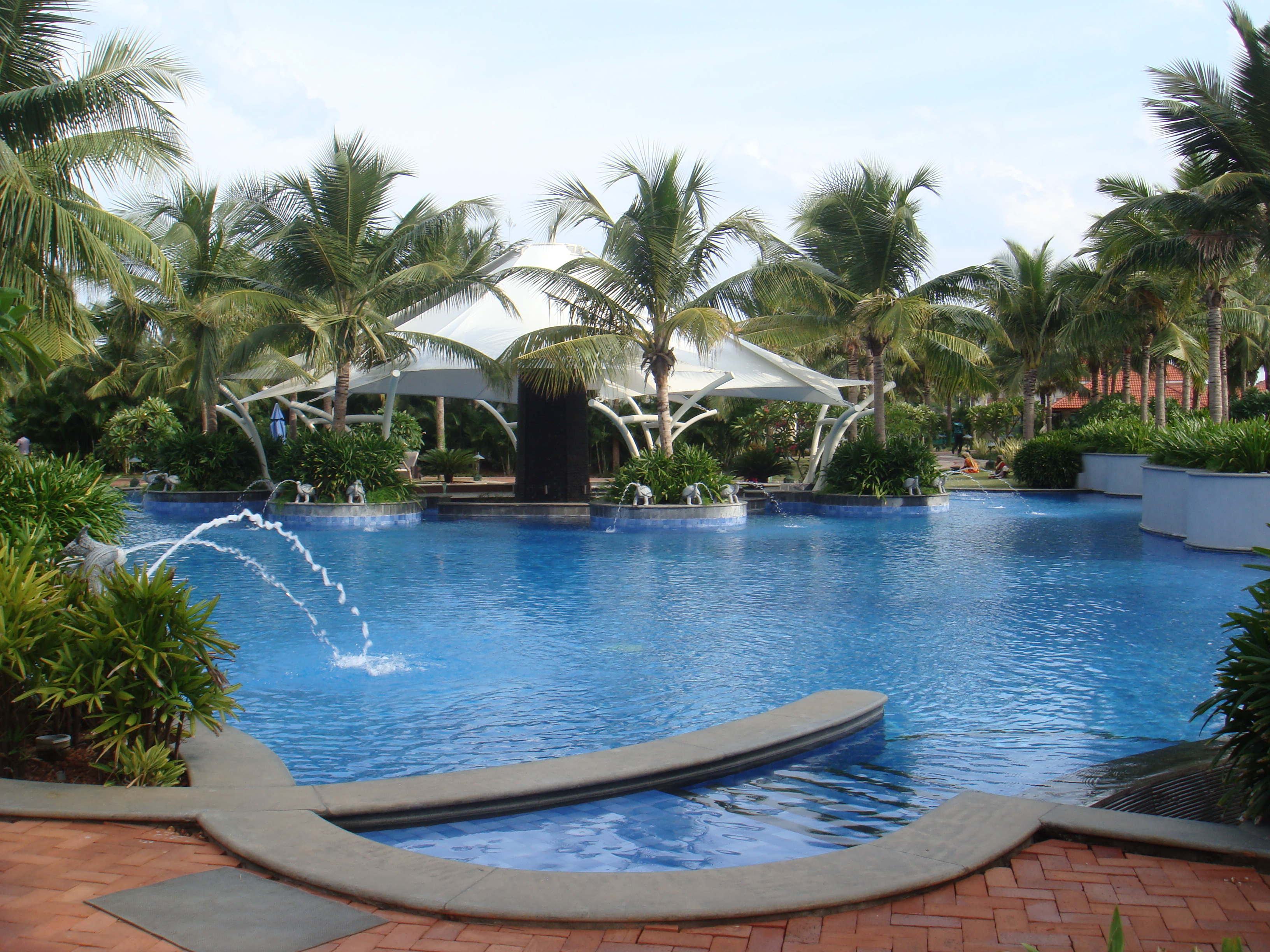 File:Hotel swimming pool at GRT Temple Bay Resorts, Mahabalipuram ...