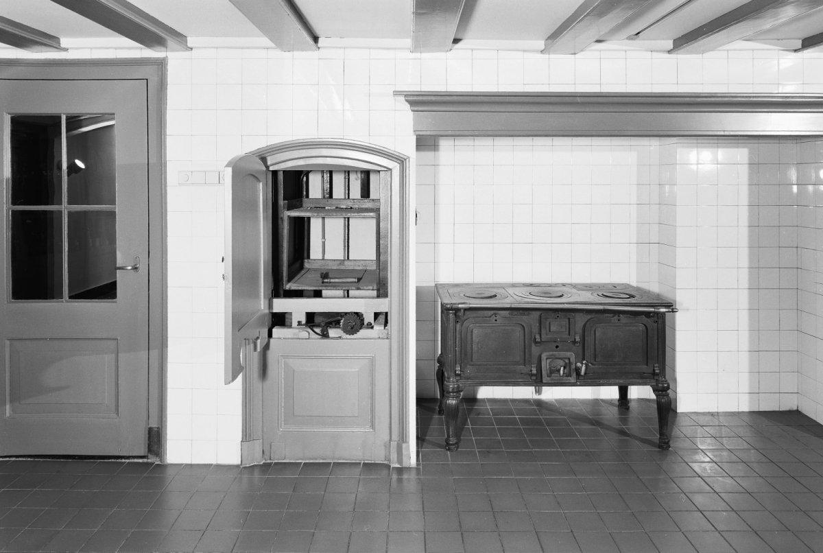 Keuken In Souterrain : File:interieur souterrain betegelde keuken met voedsellift zeist