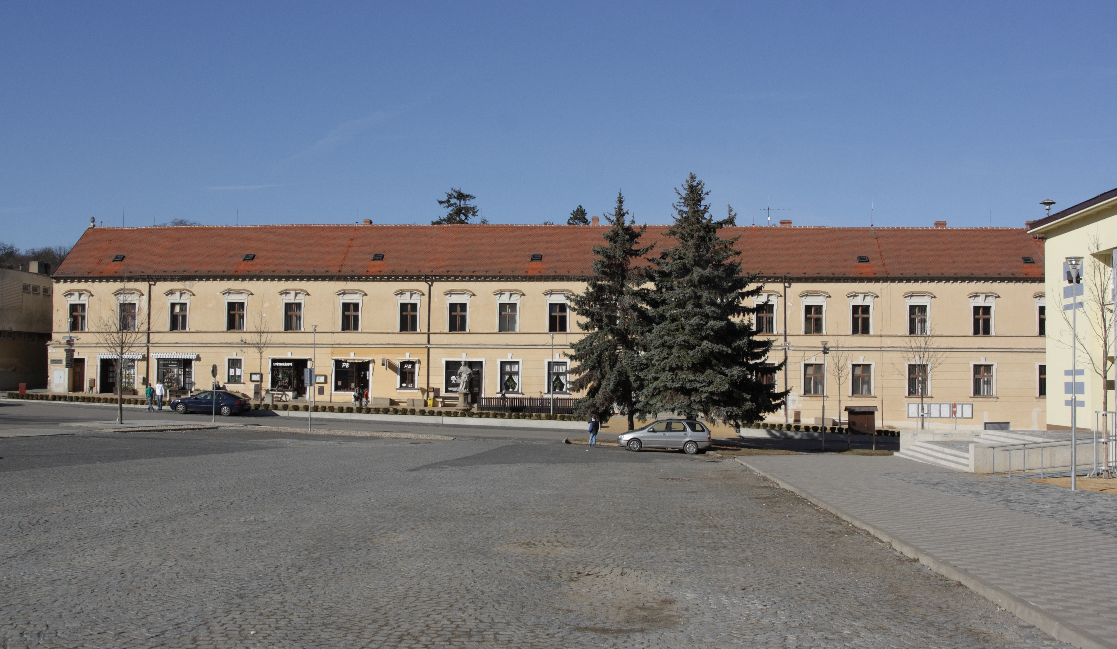 File Klobouky u Brna - náměstí Míru a zámek obr01.jpg - Wikimedia ... 816004d19c