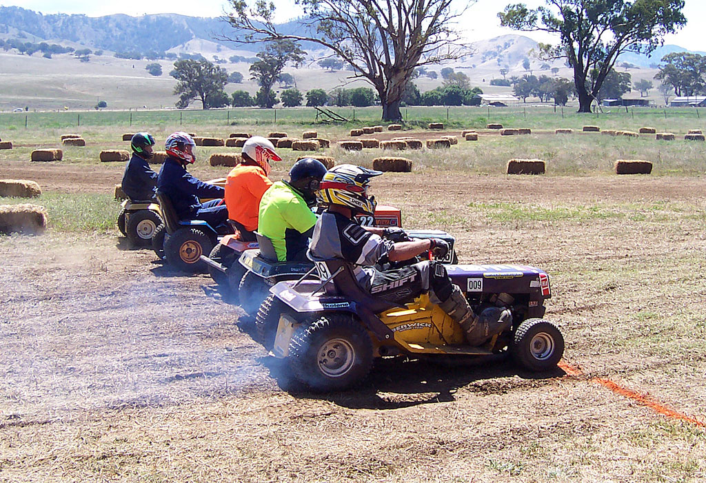 Lawn Mower Racing >> File:Lawnmower races starting03.jpg - Wikimedia Commons